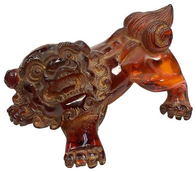 Китайское название янтаря означает «душа тигра» (ху-по), так как, согласно поверью, душа воинственного тигра после его смерти погружается в землю и превращается в янтарь. В Древнем Китае янтарь служил символом храбрости. В Китае и Японии особо почитали янтарь вишневого цвета, напоминающего кровь дракона, его носили члены императорской семьи.