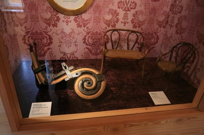 Витрина с макетами мебели и рассказом как гнут древесину, чтобы получилась такая мебель