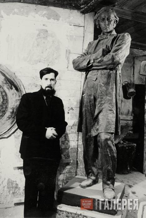 А.П. Кибальников во время работы над памятником Н.Г. Чернышевскому