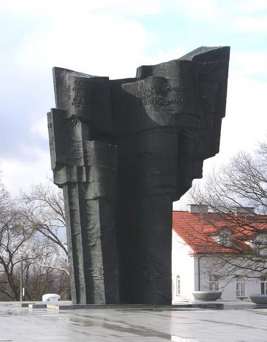 Густав Земла.  Памятник Владиславу Броневскому в Плоцке. Бронза, гранит. 1972 г.