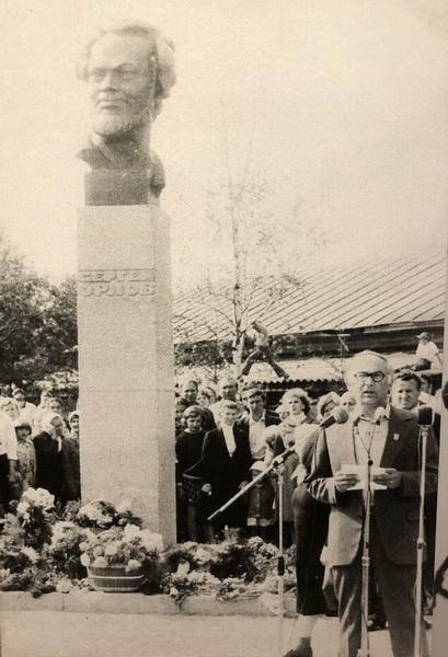 Открытие памятника поэту С.С. Орлову в Белозёрске. 1981 г.
