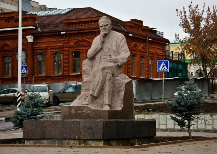 А.П. Кибальников. Памятник писателю К. Федину в Саратове