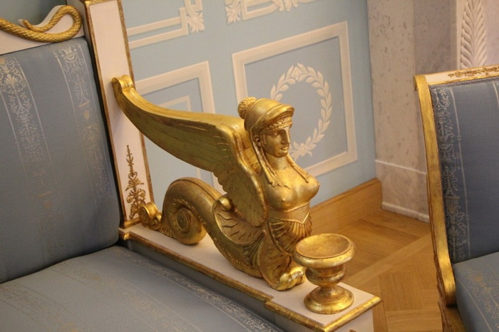 Мебель по проекту Росси в Тверском путевом дворце. Деталь дивана.