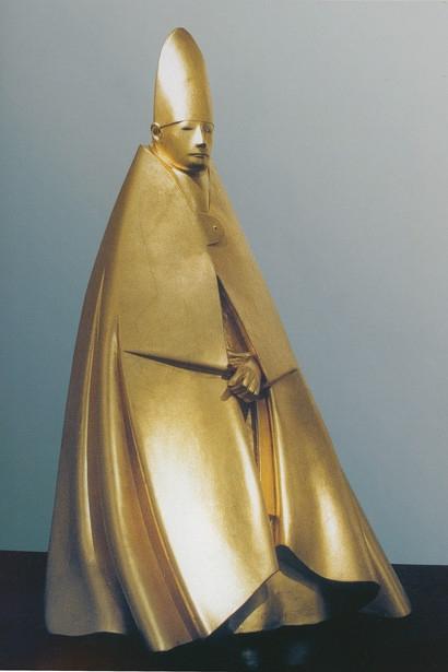 Дж. Манцу «Большой сидящий кардинал»  1983 г. Дерево, позолота. 205см  Galleria d'Arte Maggiore, Болонья, Италия