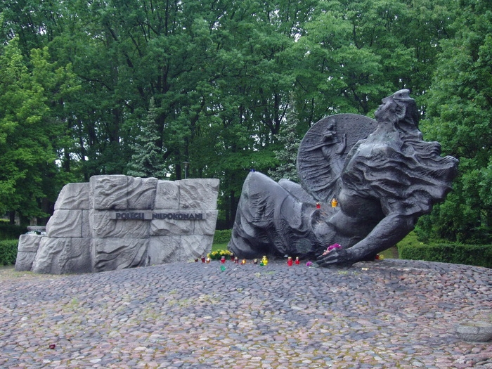 Густав Земла.  Памятник «Погибли—непобеждённые». (героям-варшавянам 1939—1945) Бронза, камень. 1973 г.