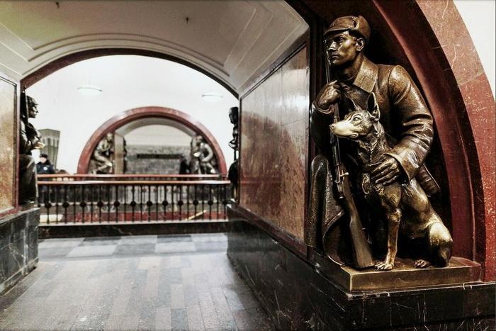 М.Г. Манизер. Скульптура «Пограничник с собакой» на станции метро «Площадь Революции» в Москве.