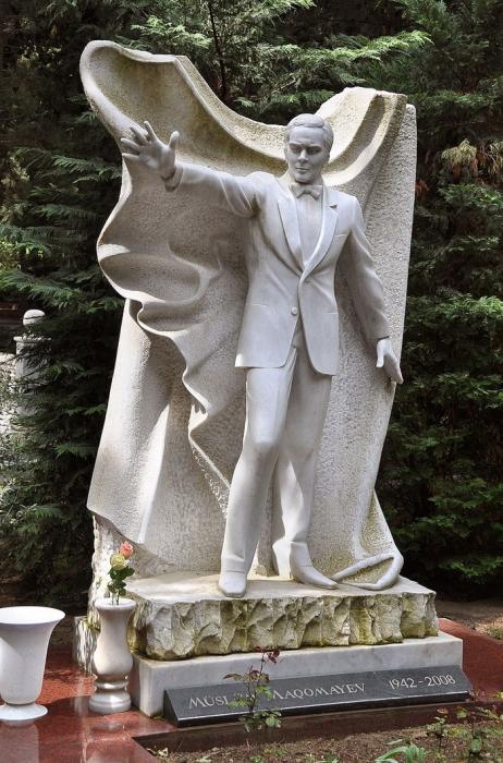 О. Эльдаров. Памятное надгробие певцу Муслиму Магомаеву