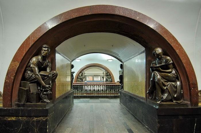М.Г. Манизер. Скульптуры на станции метро «Площадь Революции» в Москве.