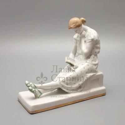 «Девушка с книгой», скульптор Малышева Н. А., Дулевский завод, 1960 г.