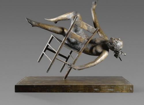 Дж. Манцу «Падающая Тебе» бронза, высота: 143 см  1983 г. Подарена автором Государственному Эрмитажу в 1987 году.