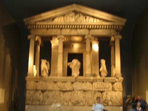 «Памятник Нереид» в виде небольшого храма с ионическими колоннами - гробница Эрбинны, правителя города Ксанфа в Ликии. 390-380 или 400 г. до н.э.  Британский музей.