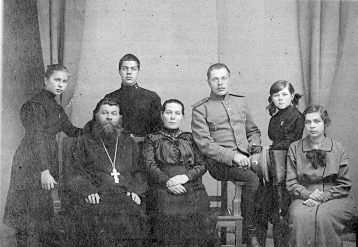 Семья Васнецовых. Стоят (слева направо): Маня, Юра, Михаил Саня. Сидят: Алексей Михайлович, Мария Николаевна, Лиза