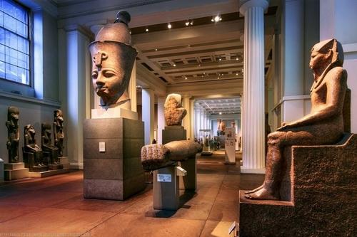 Египетская скульптурная галерея. В центре голова статуи Тутмоса III из Карнака.