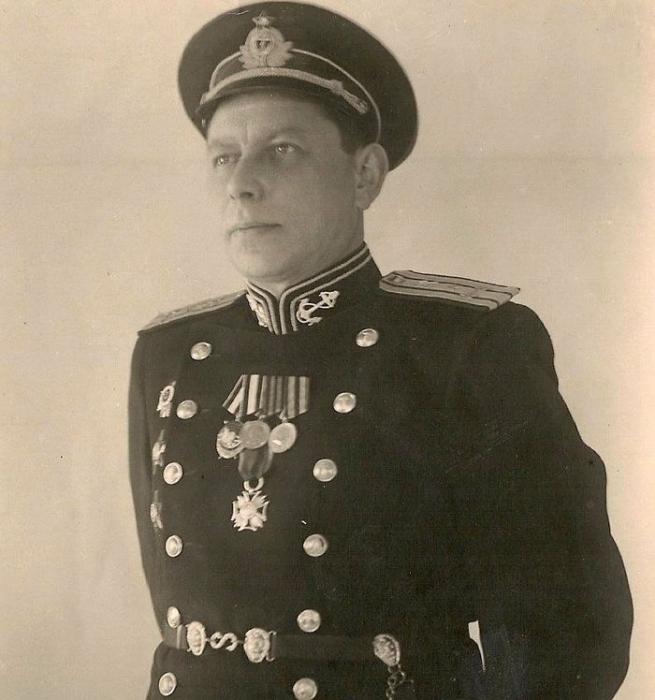 Капитан 1-го ранга Олимпий Иванович Рудаков — командир крейсера «Свердлов»