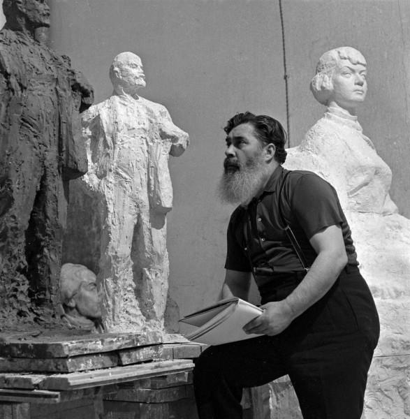 А.П. Кибальников в мастерской на Верхней Масловке в Москве.