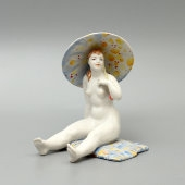 Статуэтка «Девушка на пляже» (Жарко!), скульптор Малышева Н. А., Дулево, 1950-60 гг.