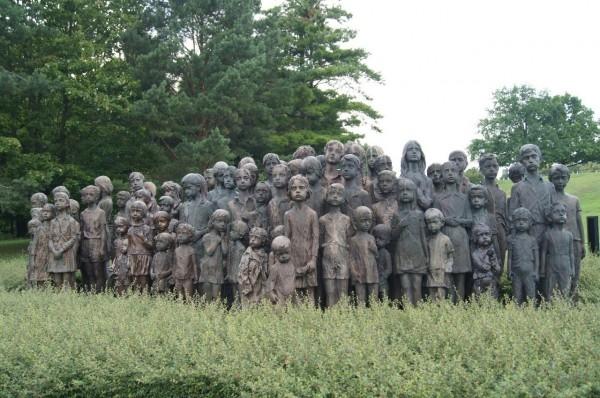 Мария Ухитилова. Лидице, Чехия. Памятник 82 убитым детям.