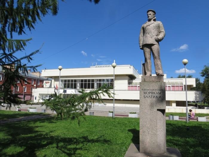 Памятник Революционным морякам Балтики (П. Е. Дыбенко) Памятник был открыт в Кронштадте 2 ноября 1987 года. Скульптор: Кочуков Н. С.