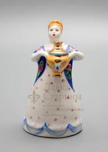 «Девушка с самоваром», скульптор Н. А. Малышева, фарфор Дулево, 1970-80 гг.