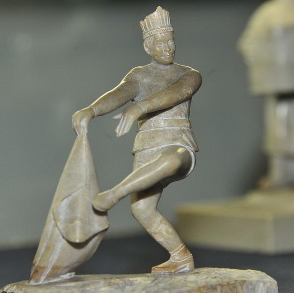 Работа знаменитого тувинского резчика по камню Хертека  Коштаевича Тойбухаа напоминает танцующего Шиву